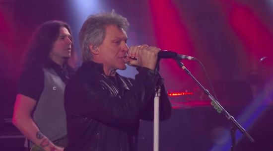 "Bon Jovi relembra ""You Give Love A Bad Name"" no talk show de Stephen Colbert. Veja!"