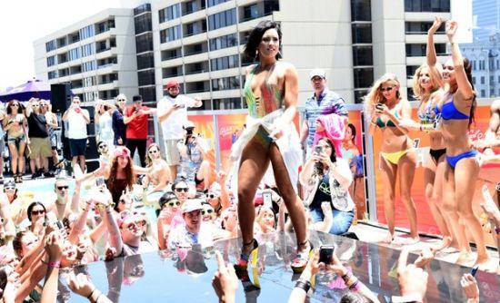 Demi lovato cai durante show em pool party vagalume for Pool en keeshonden show