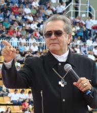 Padre Zezinho com Muita Gente de Fundo